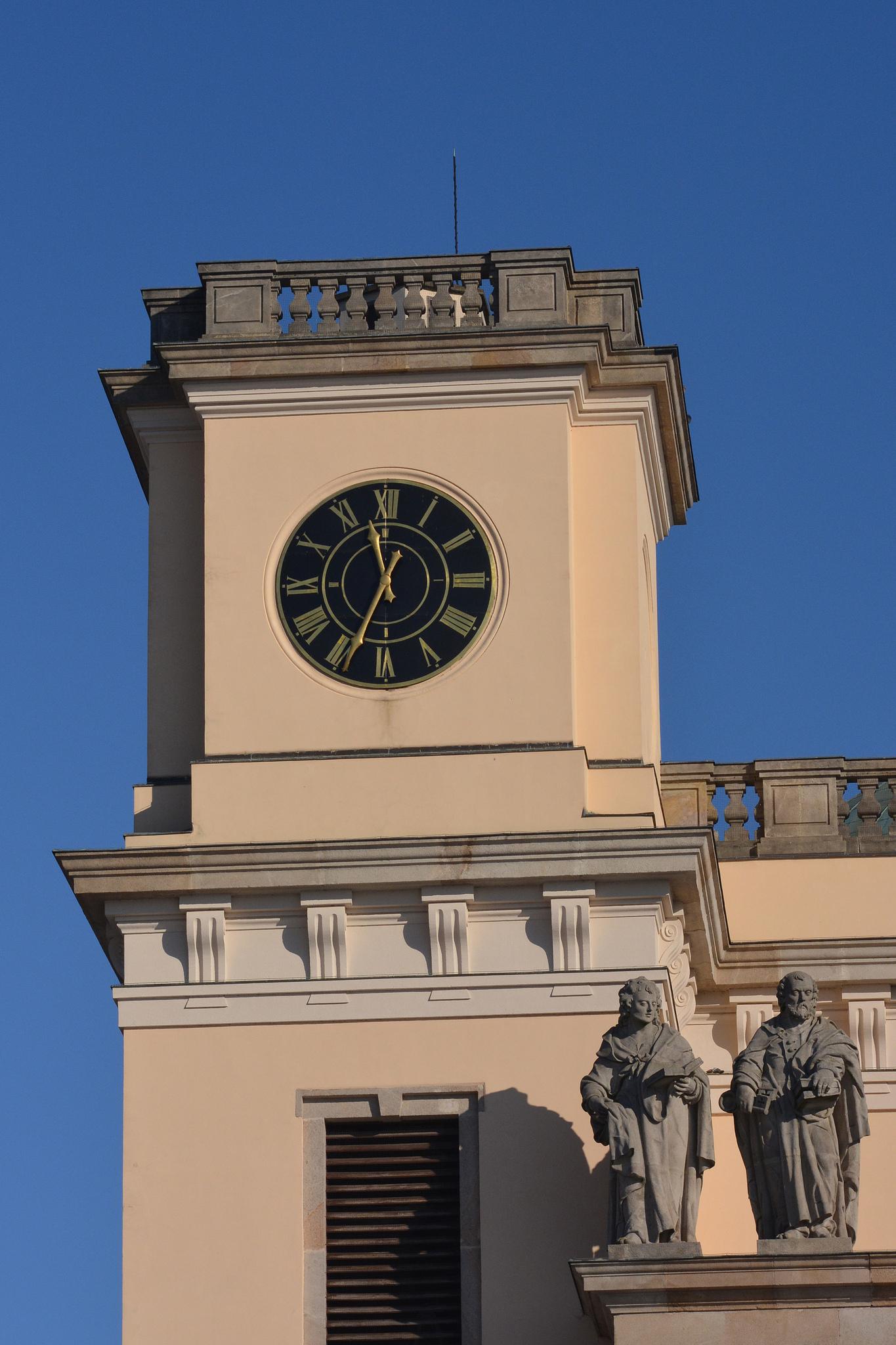 a tornyok legfelő szintjén az óra
