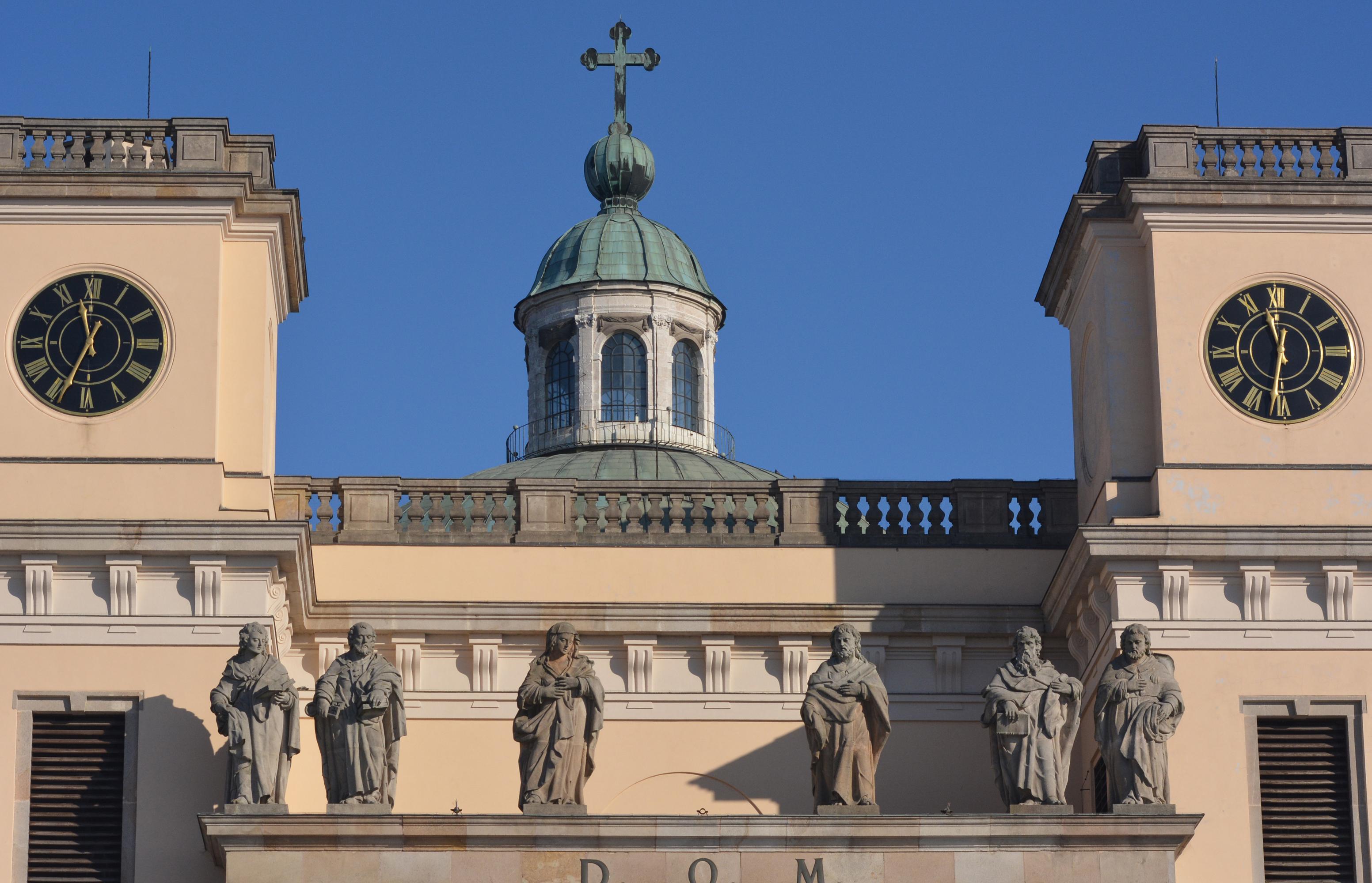 a szobrok még barokk hatásúak