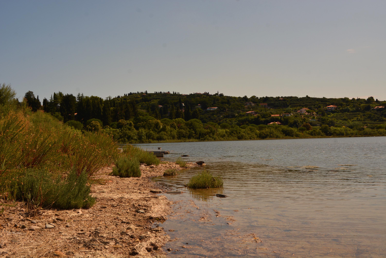 A tó tulajdonképpen egy tengertől elválasztott öböl