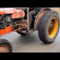 Zúg a traktor, szánt a traktor...