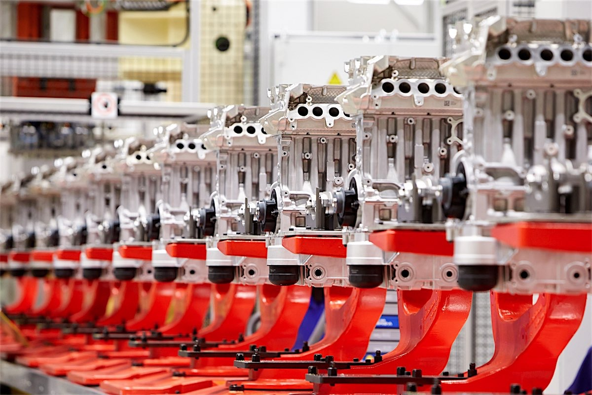 219335_assembly_in_volvo_cars_engine_factory_in_sk_vde_sweden-resized.jpg