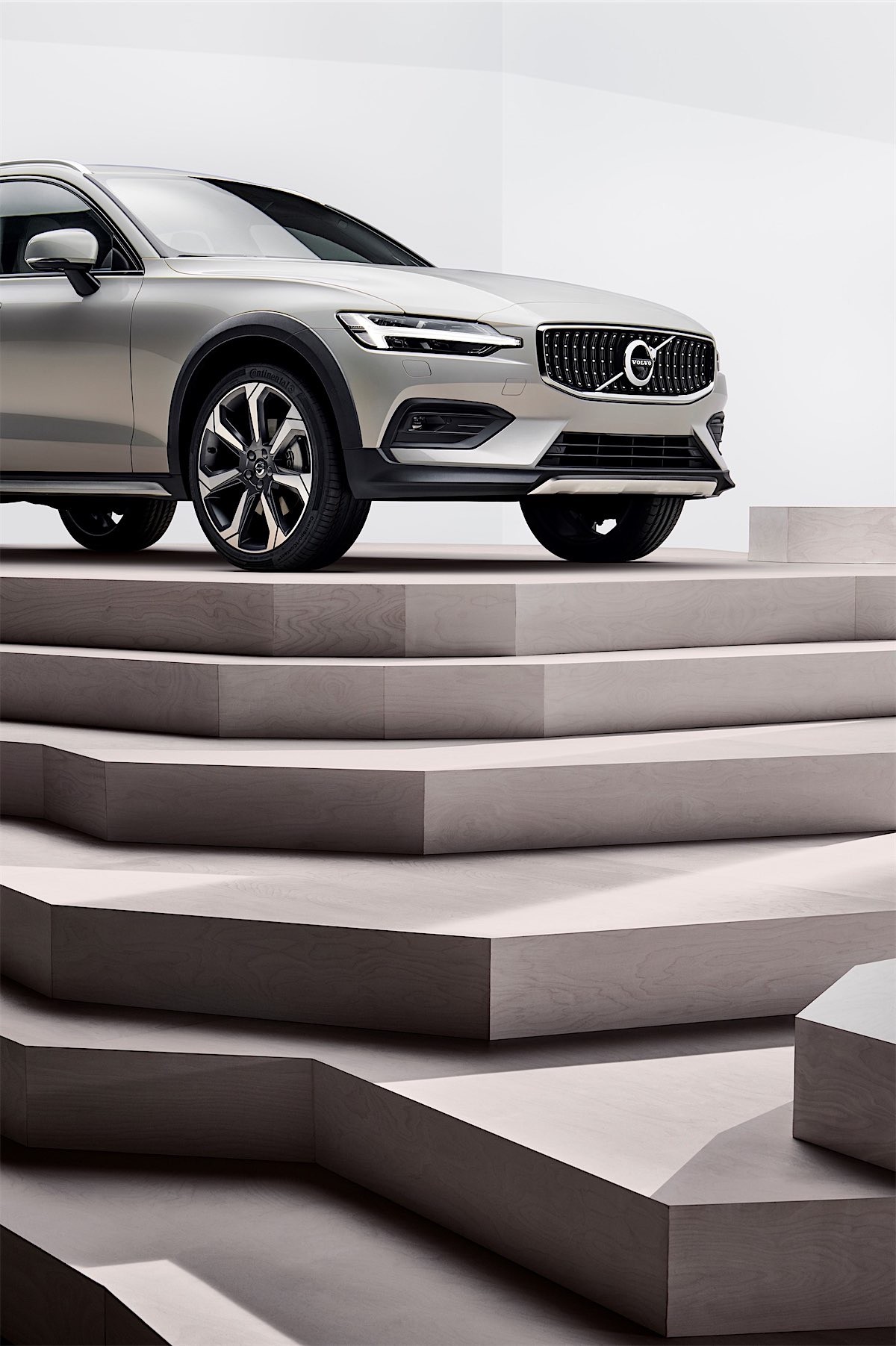 238458_new_volvo_v60_cross_country_exterior-resized.jpg