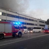 A lakosok autói nehezítették meg a tűzoltók dolgát Kelenföldön
