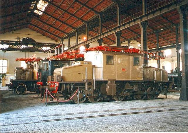 800px-E551-001pietrarsa1999-04-08.jpg
