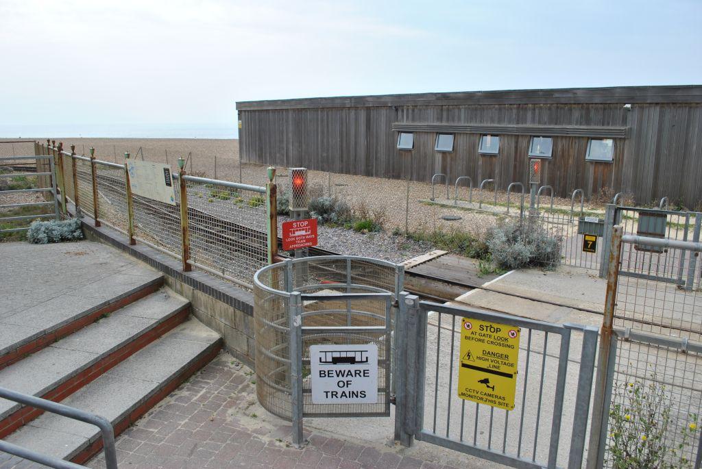 Gyalogos átjáró, a kaput a gyalogosoknak kell nyitni.