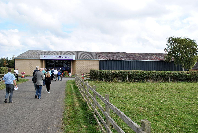 Ahogy tavaly, úgy idén is a Warwickshire Exhibition Centre-ben került megrendezésre a találkozó. Bár a képen nem látható, de megint találkoztam a legelésző két báránnyal jobbra a kerítésen túl.
