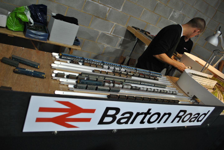Az egyik tároló, melyet érdemesnek találtam megmutatni. A mai napig használják a britek ezt a megoldást, teljes vonatokat raknak a sínre kétoldalt 'megtámasztva' fallal, így csak ezeket a tárolókat kell a terepasztal széléhez vinni és máris indulhat róla a vonat.