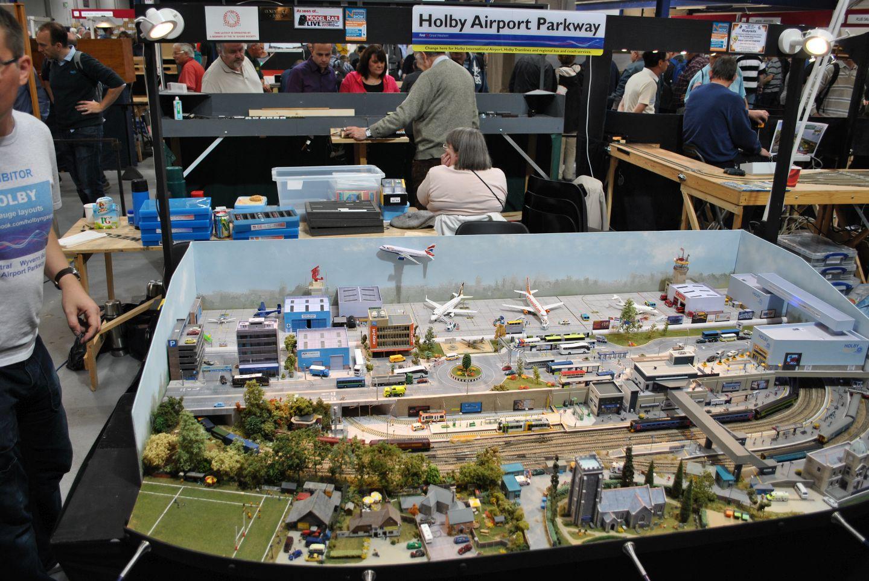 Holby Airport Parkway: egy terepasztal, melyen a vasút mellett egy repülőtér is megtalálható. Az én ízlésemnek kicsit túlzsúfolt, de a modern élet mozgalmassága első látásra lejön az asztalról.