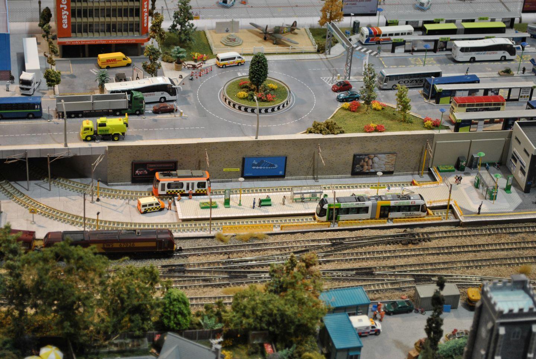 Ha már egyszer igazi tömegközlekedési csomópont akkor nem mehetünk el amellett, hogy villamosok is kerültek a terepasztalra (japán modellek kissé angolosítva), na meg persze rengeteg busz is hozza az utazni vágyókat.