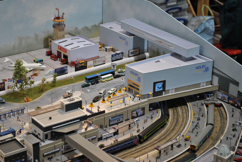Repülőtér és vasútállomás egyben (egyedi gyártás), melynek falán kis digitális kijelző váltogatta a reklámokat.