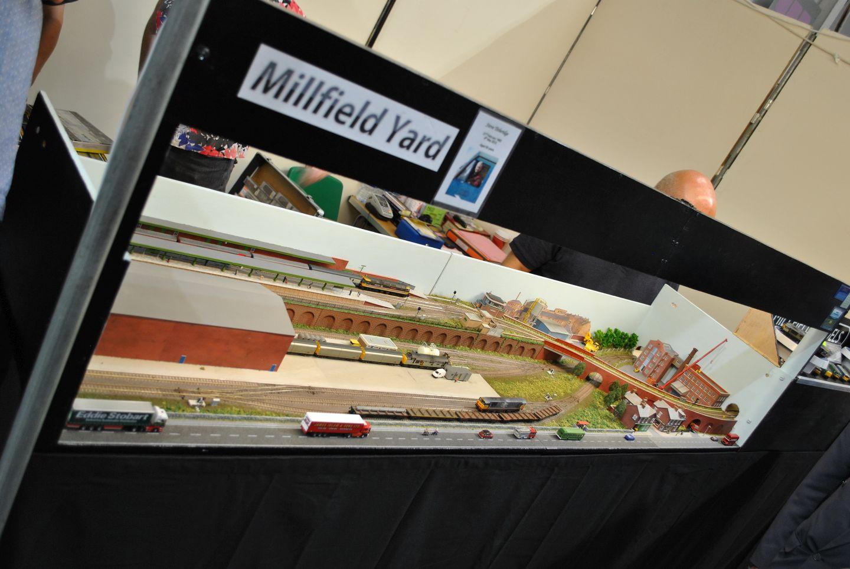 Millfield Yard: szintén nem a túlbonyolított állomások egyike, mégis a kétszintes építkezés a híddal és a képből kimenő vonatokkal kellemes játékra ad lehetőséget.