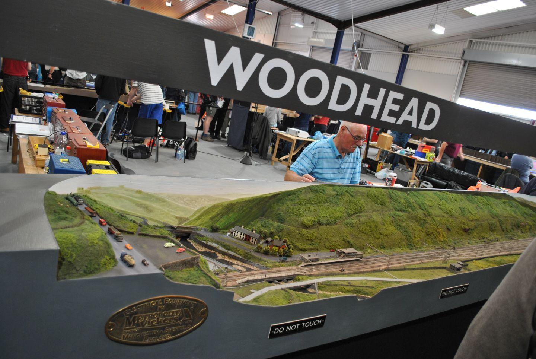 Első ránézésre Woodhead egy hatalmas hegy előtt futó kétvágányos nyílegyenes vasútvonal és semmi több, azaz két pillantást vetünk rá és mehetünk is tovább.