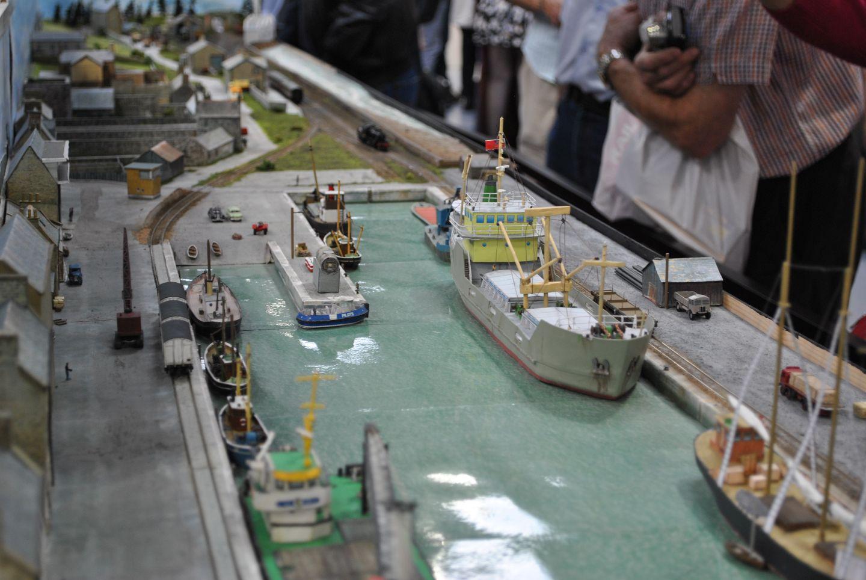 Hajót még nem mutattam, pedig volt olyan asztal is, amelyen ezek a járművek vitték a prímet, vagy legalábbis vonzották a tekintetet. Burghead kikötőjét körülöleli a vasút, a teherkocsikról itt kerül át az áru a hajókra