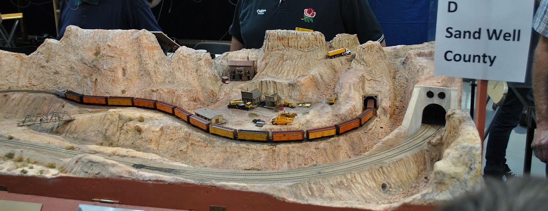 Sand Well County már tavaly is a kiállítás anyagai között volt, ennek ellenére azért idén is megmutatom, hátha valakit kicsit is vonz az amerikai téma. Hosszú tehervonatok, kis bányászváros nyújtanak látványosságot.