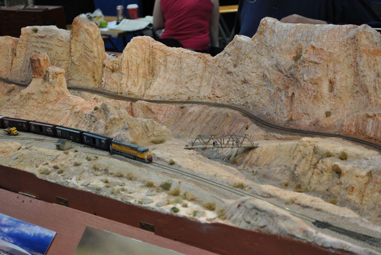 A terep megmunkálása nagyon tetszik, annak ellenére, hogy szinte egyszínű az egész a sziklák kialakításával rengeteg meló lehetett. Jól, valósnak néz ki.