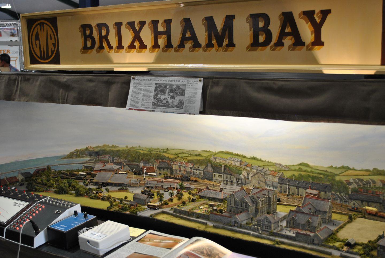 Brixham Bay a II. világháborúba kalauzol el minket a tenger mellé. Remekül felépített kis városka, ahol a vasút szinte másodlagos, majdhogynem a háttérben húzódik meg.
