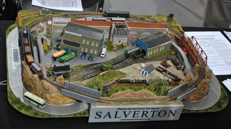 Salverton: mini terepasztal, amelynél meglepődve fedeztem fel a Tomytec mozgó buszos rendszerét, a vonatok mellett így két busz is szorgalmasan rótta a köreit a sínek alatt/mellett.