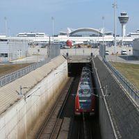 Vonattal a Müncheni repülőtérre