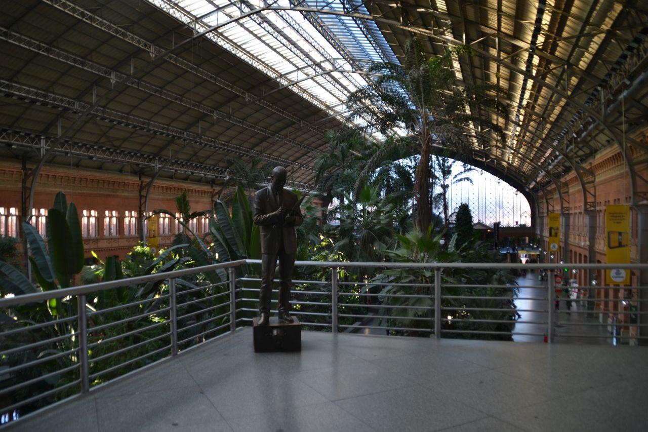 madrid Atocha pályaudvar csarnok, utazó ügynök