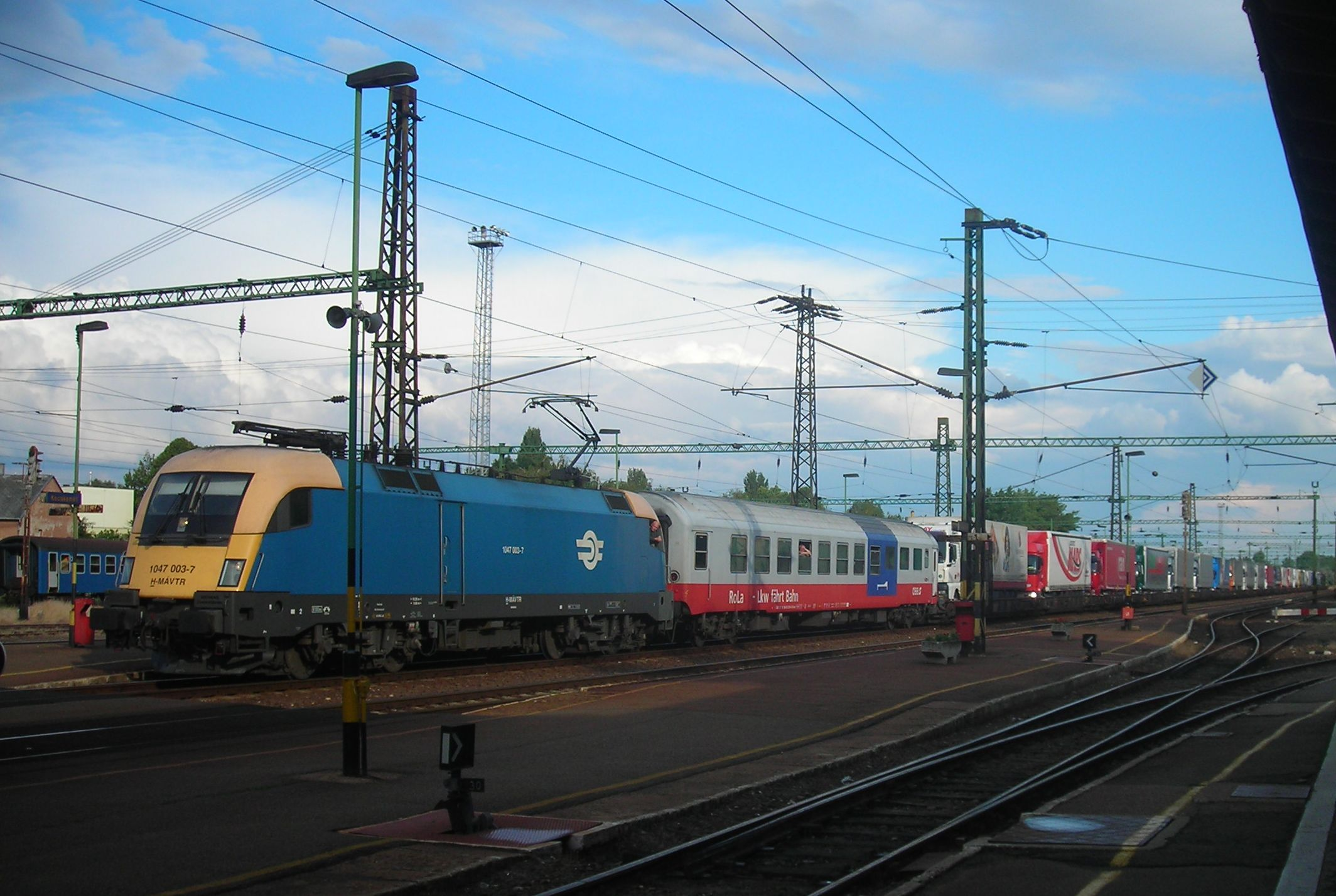 Rola vonat, Kecskemét állomás, MÁV 1047, taurus, kombinált szállítás