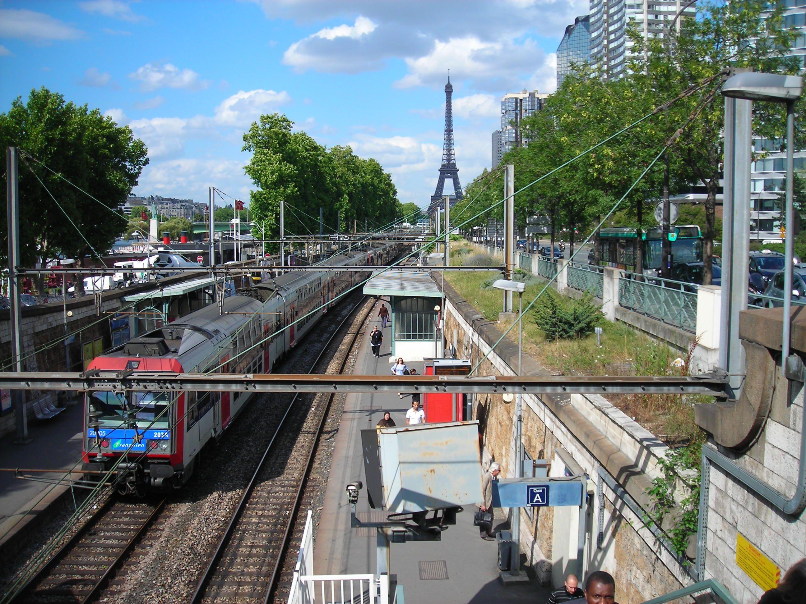 Emeletes RER vonat a Szajna partján. Háttérben az Eiffel-torony.