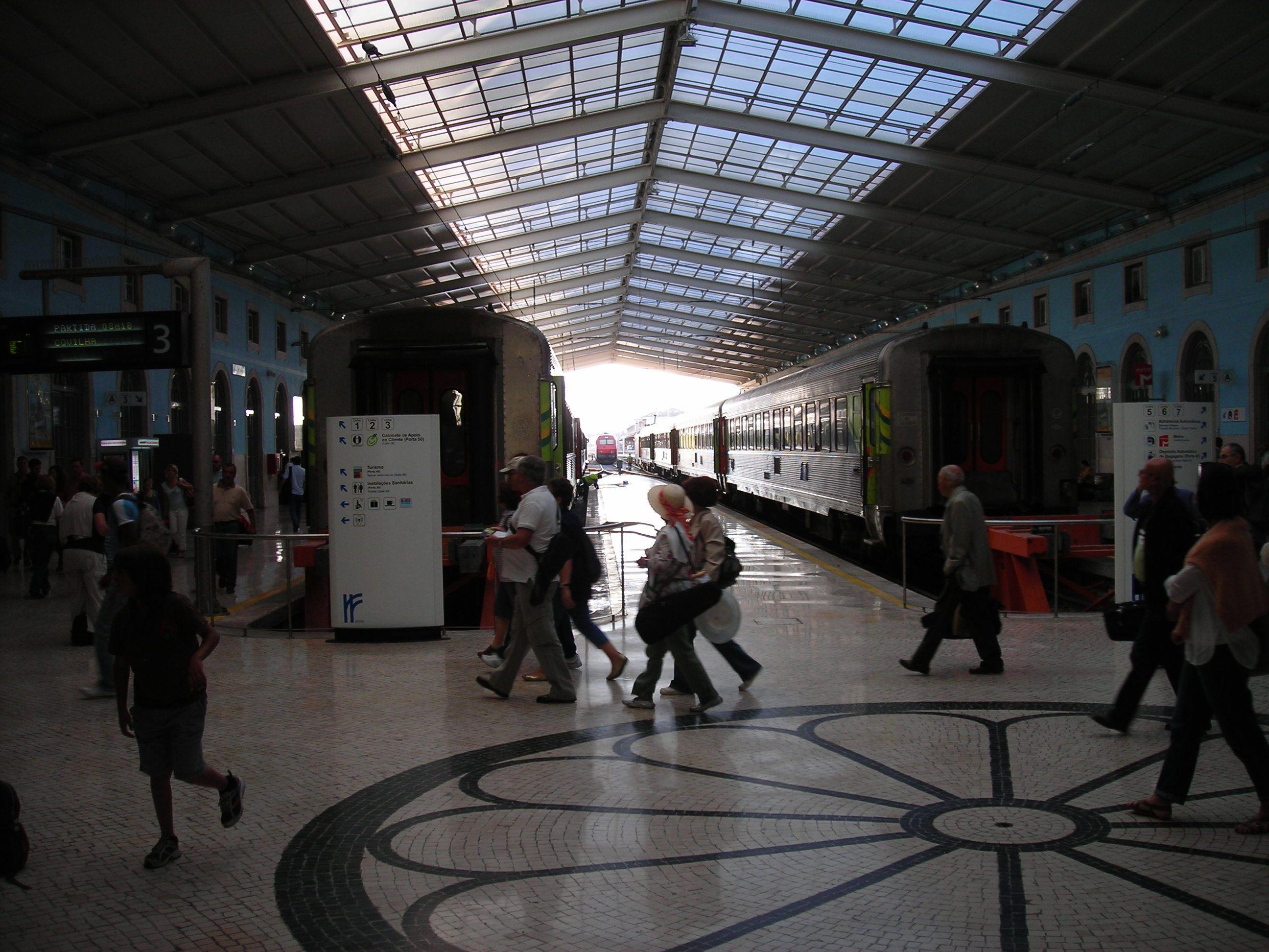 Lisszabon fejpályaudvar szerény kétvágányos csarnoka. A többi vonat a másik pályaudvarra, vagy a külső vágányokra érkezik.