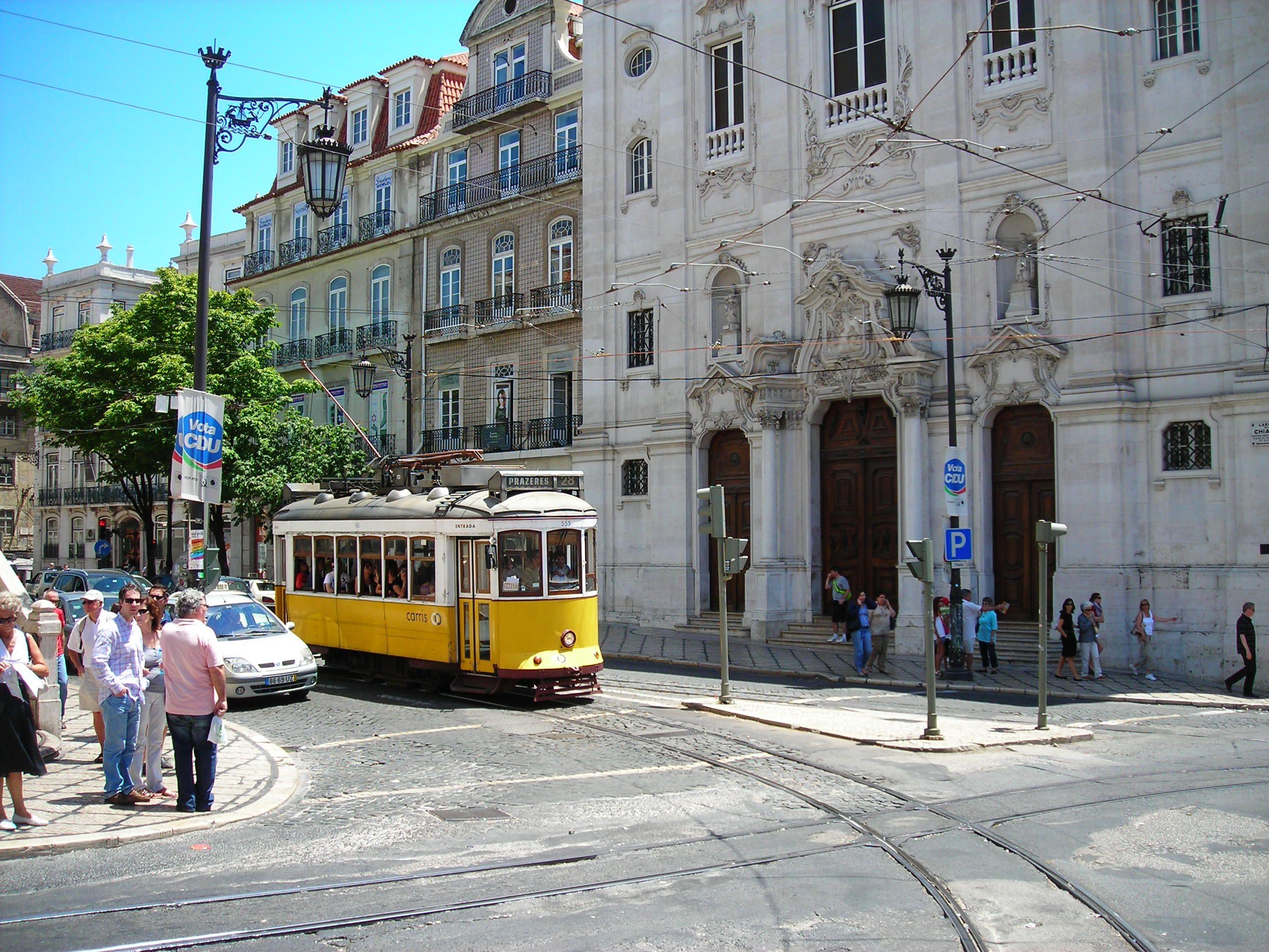 Lisszabon egyik nosztalgia-villamosa, tömve turistákkal