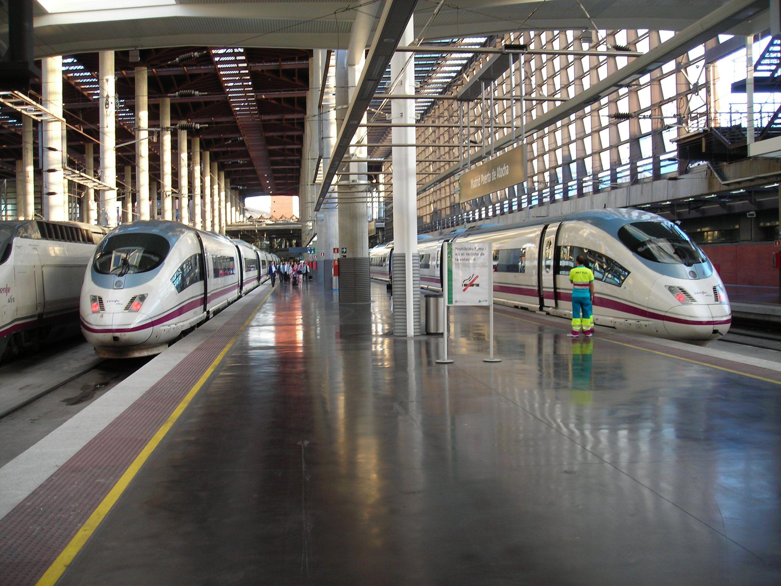 AVE   vonatok indulásra várva Madrid Atocha pályaudvaron.