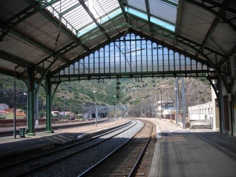 Cerbére állomás, itt találkozik a francia normál és a spanyol széles nyomtáv. Az állomási peronok, várótermek és aluljárók elrendezése a sopronihoz hasonló, háttérben az alagút bejárata