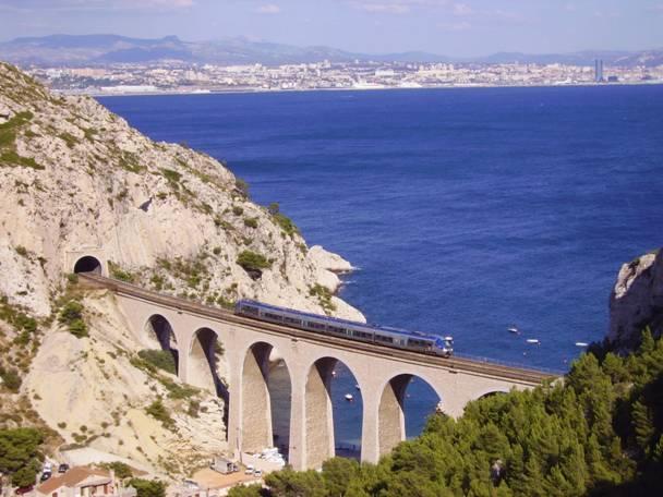 Egy SNCF B 81500 sorozatú motorvonat halad a vonalon Marseille közelében