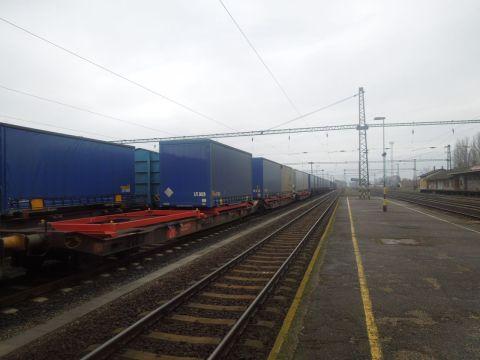 Kecskemét vasútállomás a Mercedes-gyár tehervonatával