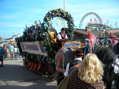 oktoberfest sörszállító lovaskocsi