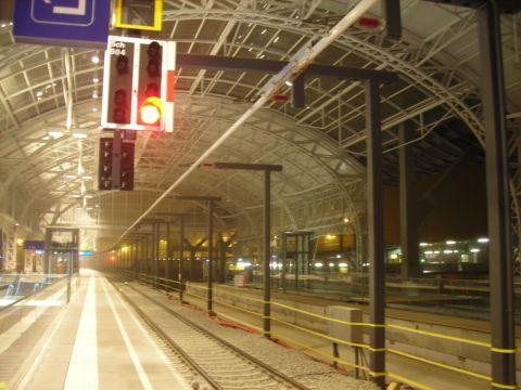 A Salzburgi Főpályaudvarra egy EC vonat érkezik, élén egy ÖBB 1116-os villamosmozdonnyal