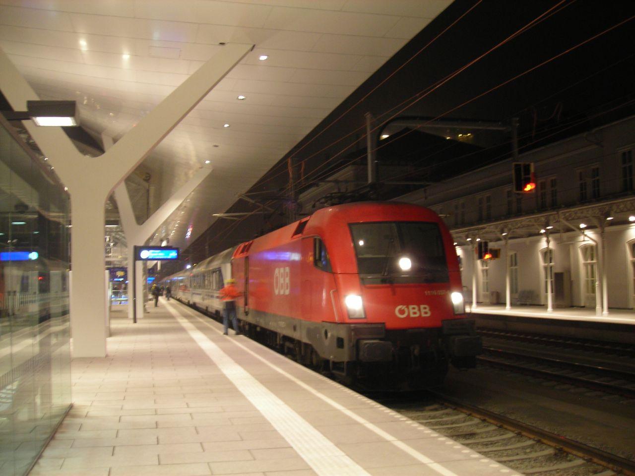 A Főpályaudvarra egy EC vonat érkezik, élén egy ÖBB 1116-os villamosmozdonnyal