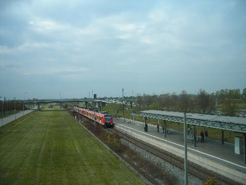 Egy S8-as S-bahn a repülőtérhez közeledik