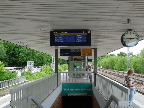 Tipikus S-Bahn állomás Münchenben. Aluljáró, lift, magasperon, kijelző és egy óra