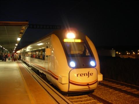 A Barcelonába továbbhaladó, immár széles nyomtávolságú RENFE vonat