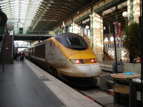 Eurostar vonat indul Londonba a Csatorna-alagúton át