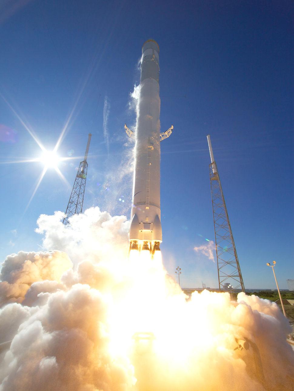 falcon_9_dragon_launch_12-8-10_credit_chris_thompson_spacex_2_0.jpg