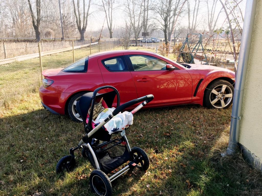 Funkcionalitását tekintve jelenleg mindkettő ugyanannyit tud. Bele lehet ülni, és tologatni. Csak az egyik sokkal jobb erre a célra. És nem a Mazda az.