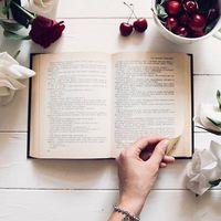 Ma van a költészet vilàgnapja! Viseljétek a kedvenc ékszereteket és vegyétek elő a számotokra legkedvesebb költeményt✨
