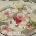 Pink-fehér úszótál - különleges esküvői asztaldíszek