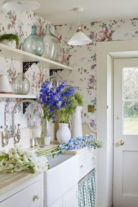 gallery-1484957497-grandma-decor-floral-wallpaper-sims-hilditch.jpg