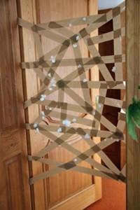 Célba dobás ragacsba vattapamacsokkal<br />Forrás: http://csoppkeblog.hu/2012/10/31/dobj-a-ragacsba/<br />