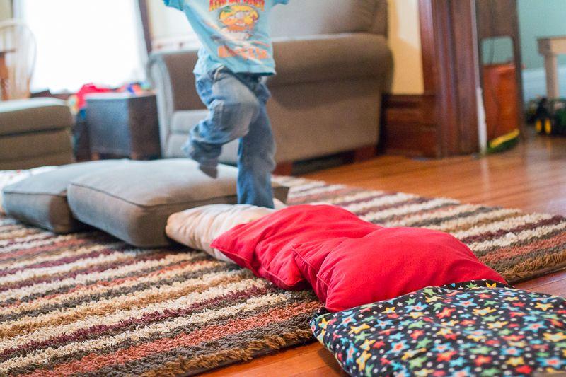 párnánjárás. Nagymotorikus mozgásfejlesztés. Mondjuk pirosra csak ugrani lehet, a pöttyösön csak gurulni, stb. a gyerek képességeihez mérten.