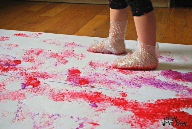 Bubifóliával a lábán festéklenyomatok. (Maszatos, de mókás.)