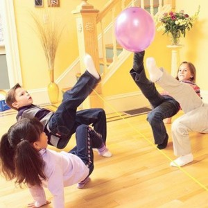 Lufi-röpi<br />Forrás: http://spoonful.com/family-fun/fall-forward-games-gallery#Indoor%20Foot%20Volleyball;20<br />
