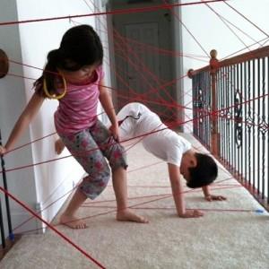 Át tudsz bújni úgy, hogy ne érj hozzá?<br />Forrás: http://www.parentmap.com/article/20-indoor-kids-crafts-and-activities-to-tame-cabin-fever?page=10<br />
