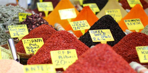 Fűszerpiac (Isztambul), ahol olyan illat van, hogy 'rá lehet könyökölni'
