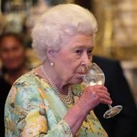 Sosem találnád ki, mit iszik az angol királynő bor helyett